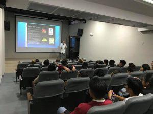 Estudiantes reciben información de parte del Dr. UISRAEL